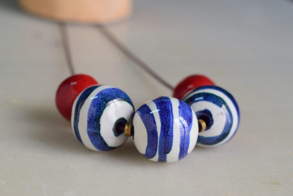Collar de cerámica con rayas en azul